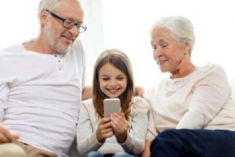 Vanavanemad kood lapselapsega ja nutitelefoniga. Foto: Syda Productions Dreamstime.com